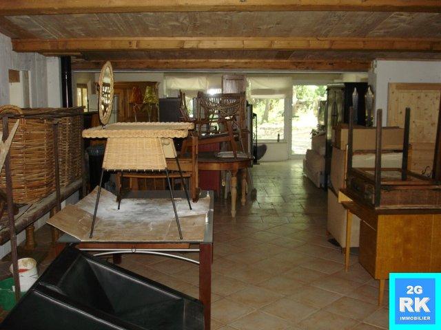 Villecroze. Local commercial, artisanal et appartement + terrain.