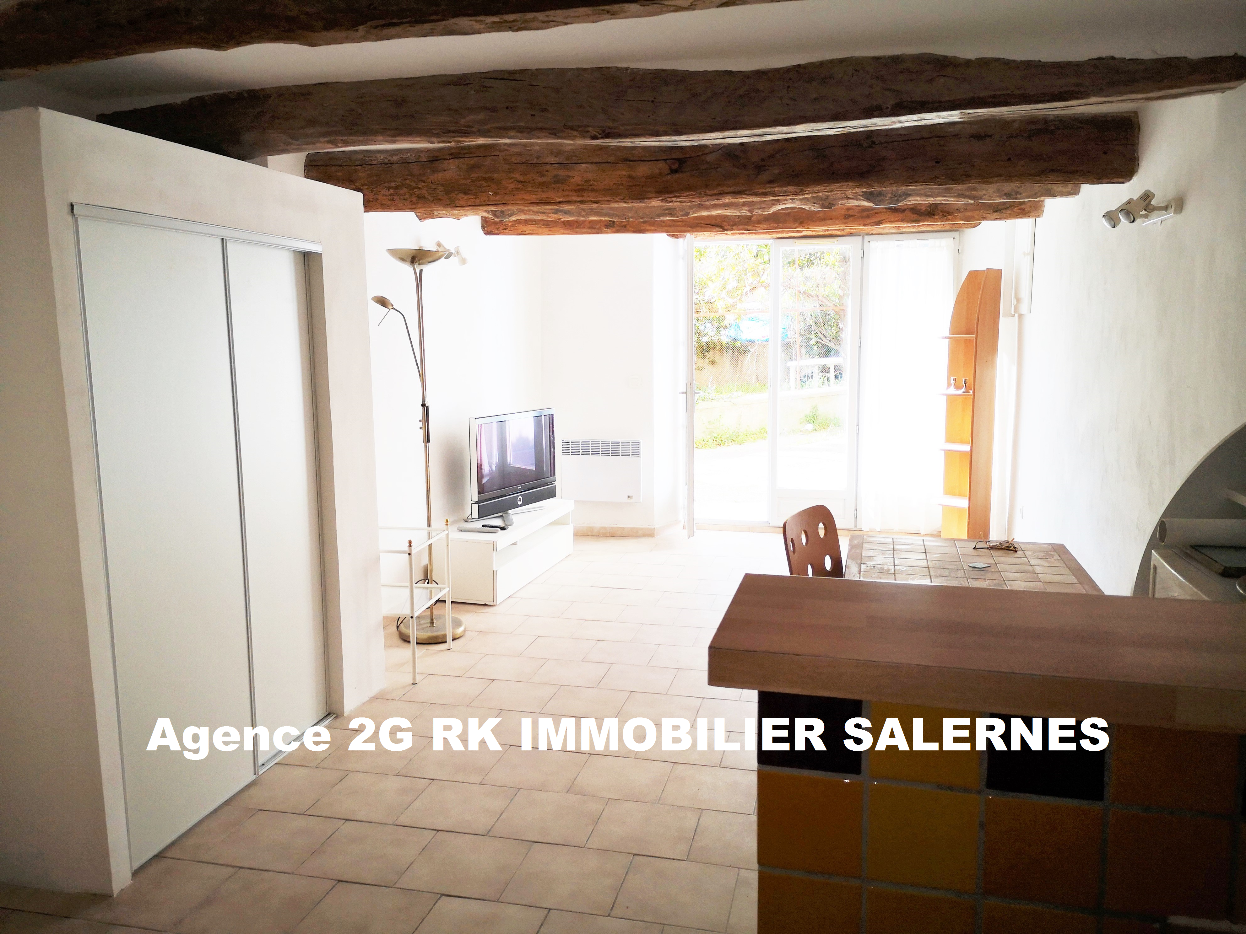 Studio 27 m² rénové en RDC au centre village.